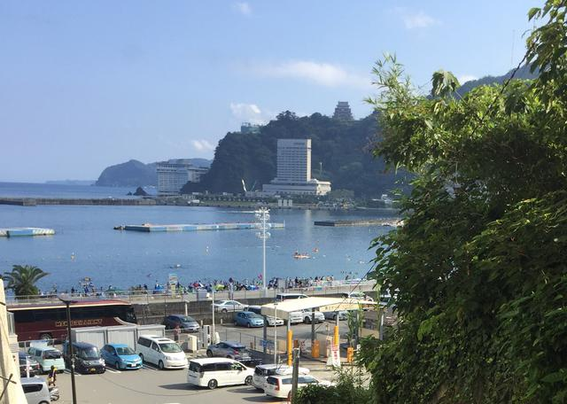 画像: 熱海は海と山の町。 写真:望彩図鑑