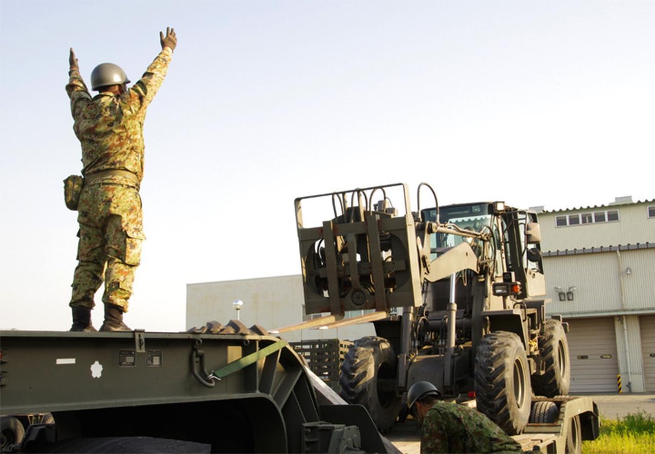 画像: 道路啓開任務を予期した施設器材の事前出動準備
