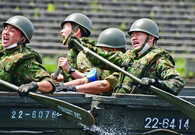 画像: 渡河ボートを懸命に漕ぐ隊員