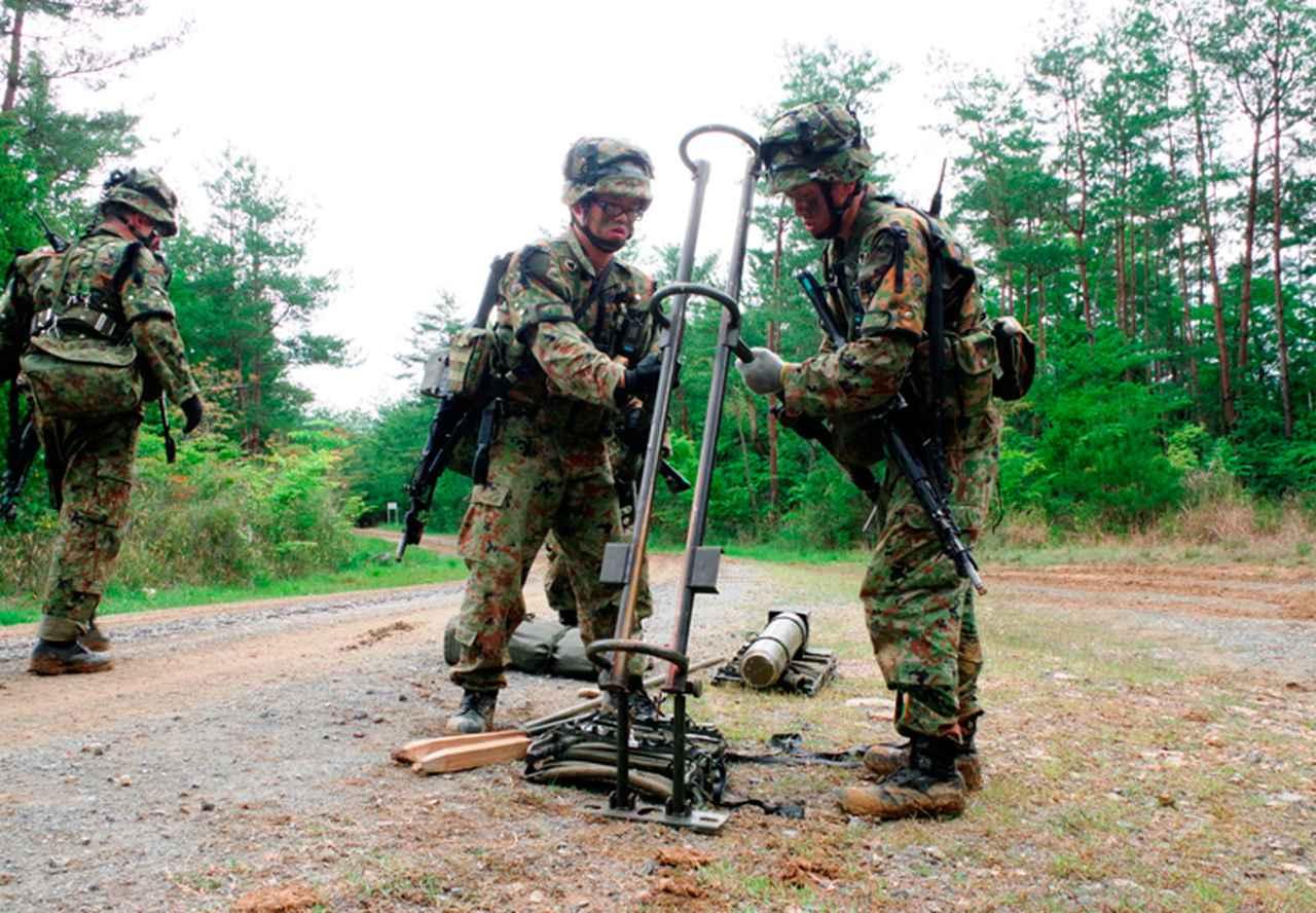 画像: 70MCの投射準備をする施設作業小隊