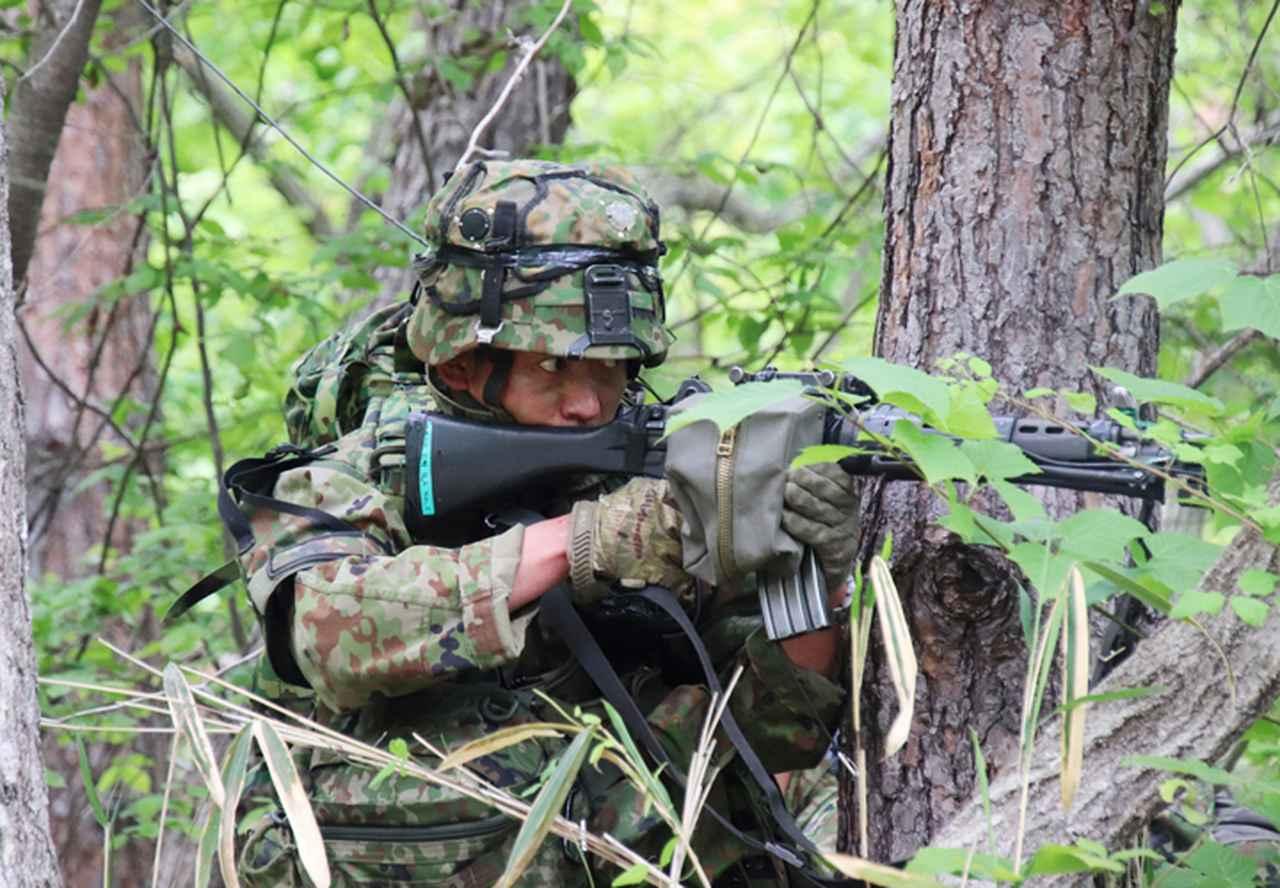 画像: 敵散兵に対し射撃する小銃手
