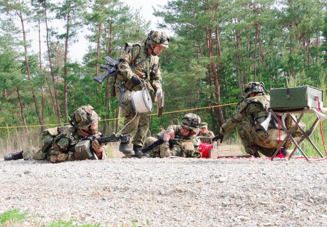 画像: 地雷原爆破の準備をする施設作業小隊