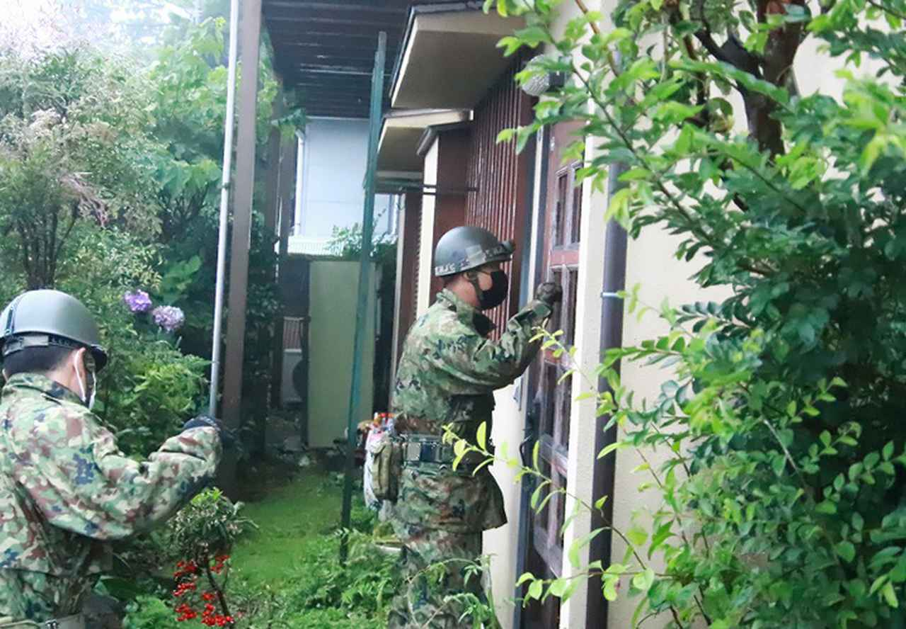 画像: 周辺住民の安否確認を行う隊員