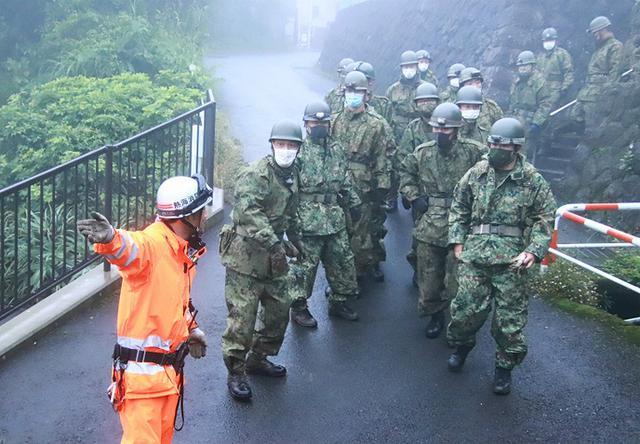 画像: 消防署員と協力し安否確認を行う隊員