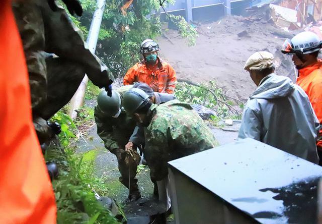 画像: 住民の避難誘導を行う隊員
