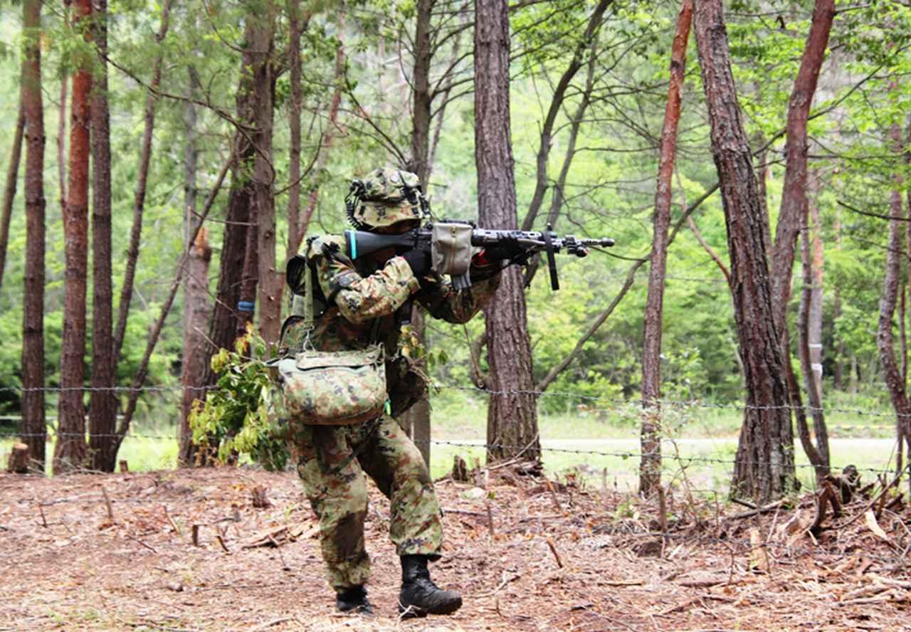 画像: 敵陣前で敵と交戦する小銃手