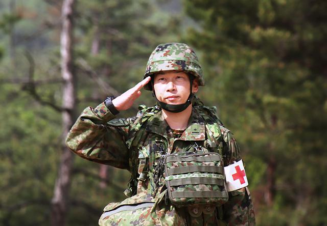 画像: 受閲準備完了を報告する衛生小隊長