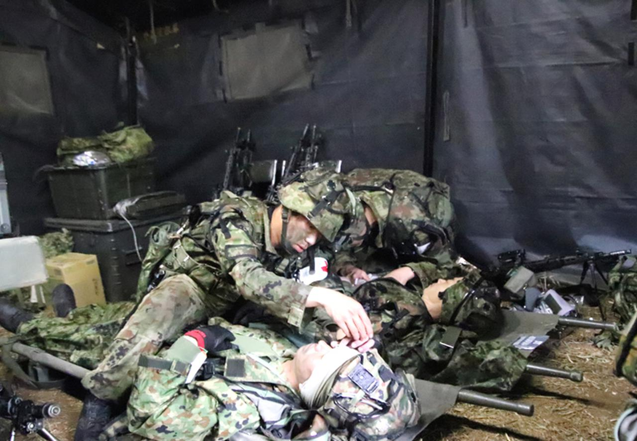 画像: 患者収容所において重傷患者の処置