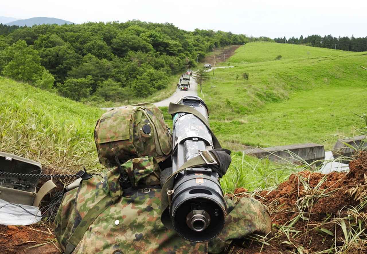 画像: 目標を狙う隊員