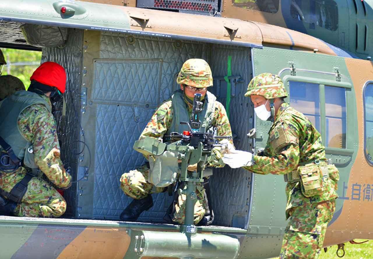 画像: 機関銃搭載準備