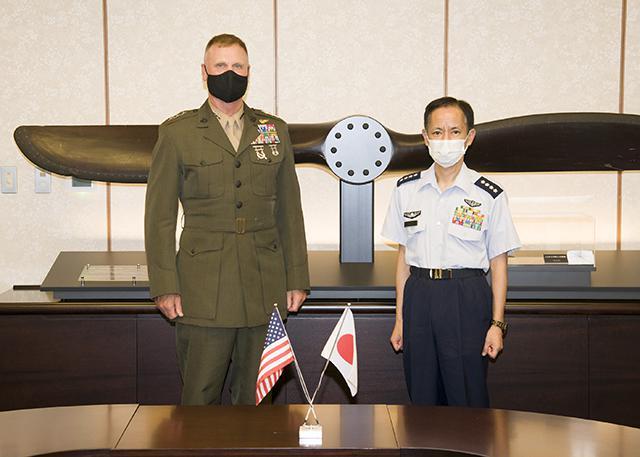 画像: 井筒空幕長(右)と米太平洋海兵隊司令官 航空自衛隊ホームページから www.mod.go.jp