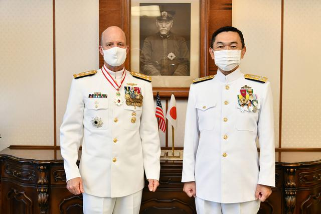 画像: 山村海幕長(右)と米海軍第7艦隊司令官 海上自衛隊公式ツイッターから twitter.com