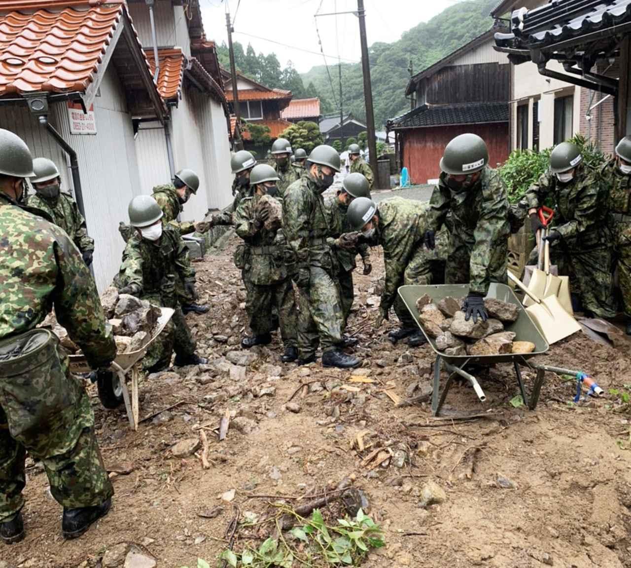 画像: 大量の土砂や瓦礫が流入した道路の啓開を行う隊員 陸上自衛隊第13旅団ツイッターから(写真はリサイズ) twitter.com