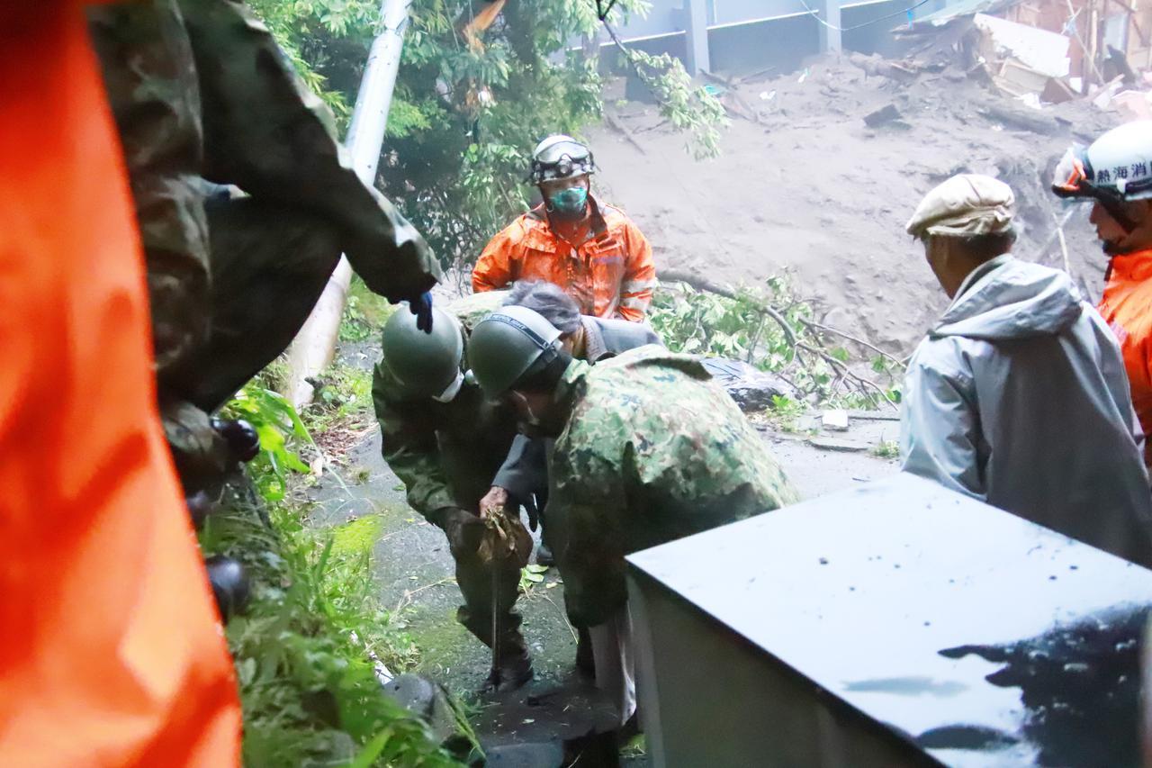 画像1: 住民救助の様子 統合幕僚監部提供