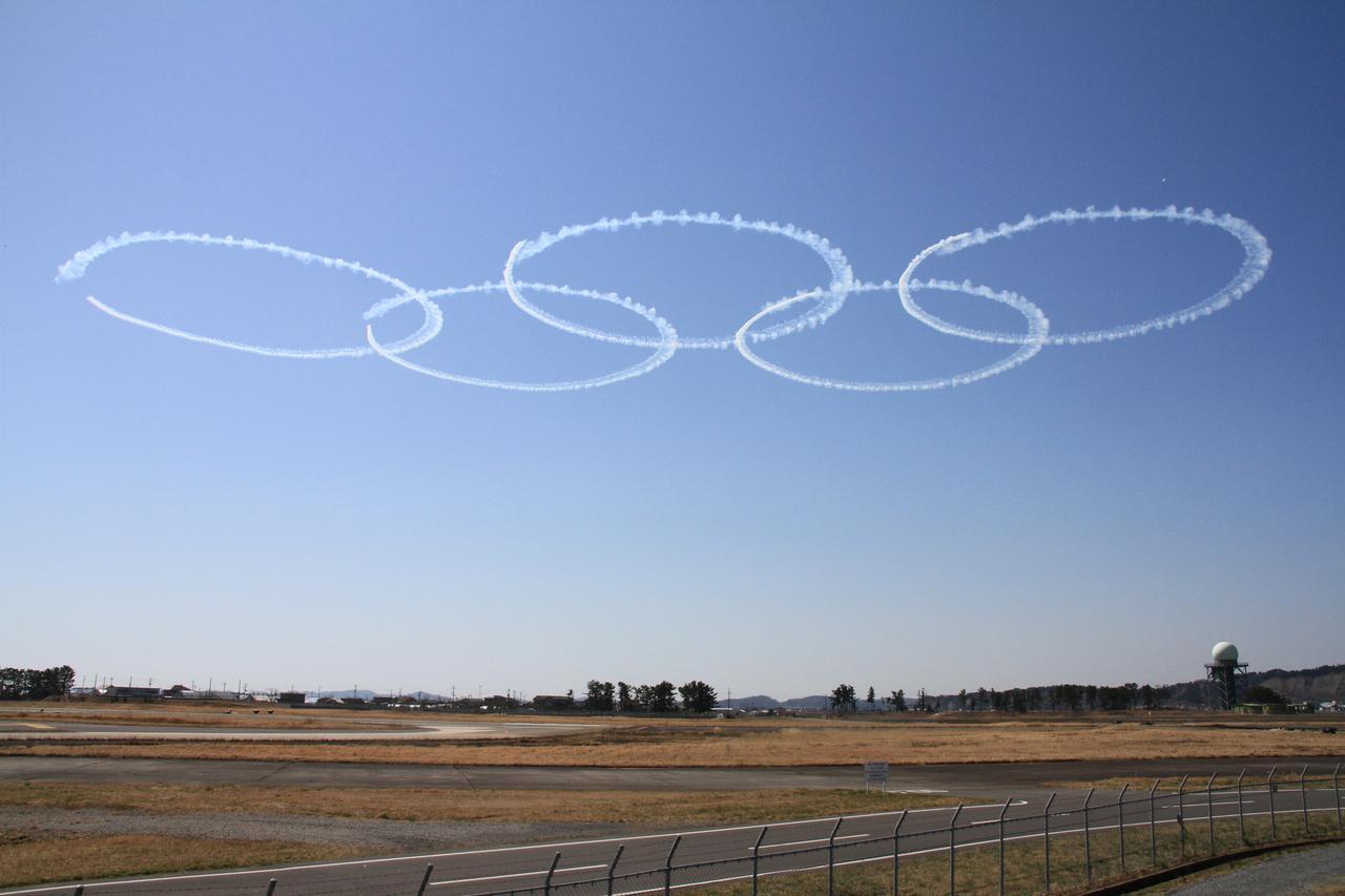 画像: 2020年3月、松島基地における聖火到着式予行で描かれたオリンピックシンボル