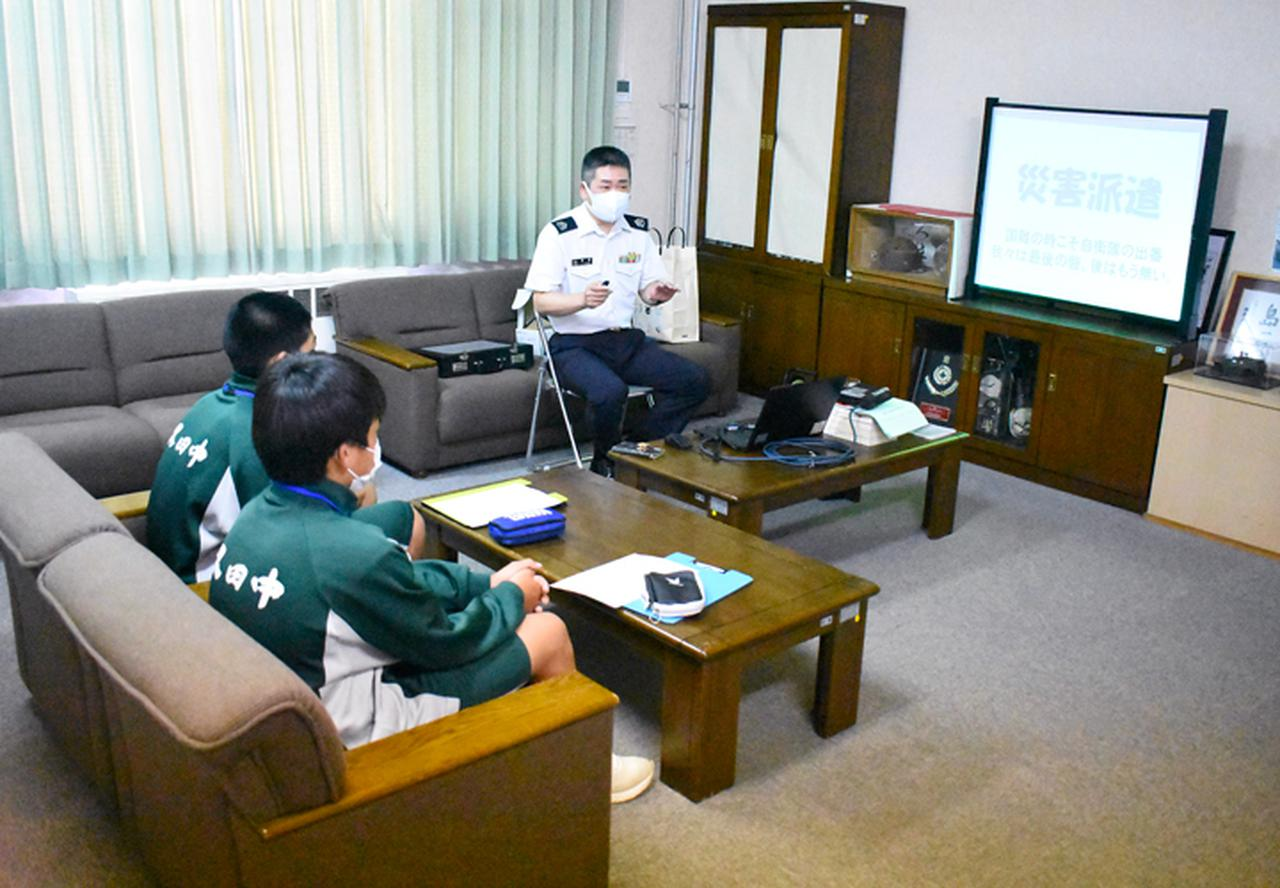 画像1: 中学2年生が体験学習 中には隊員子息の生徒も|陸自対馬警備隊
