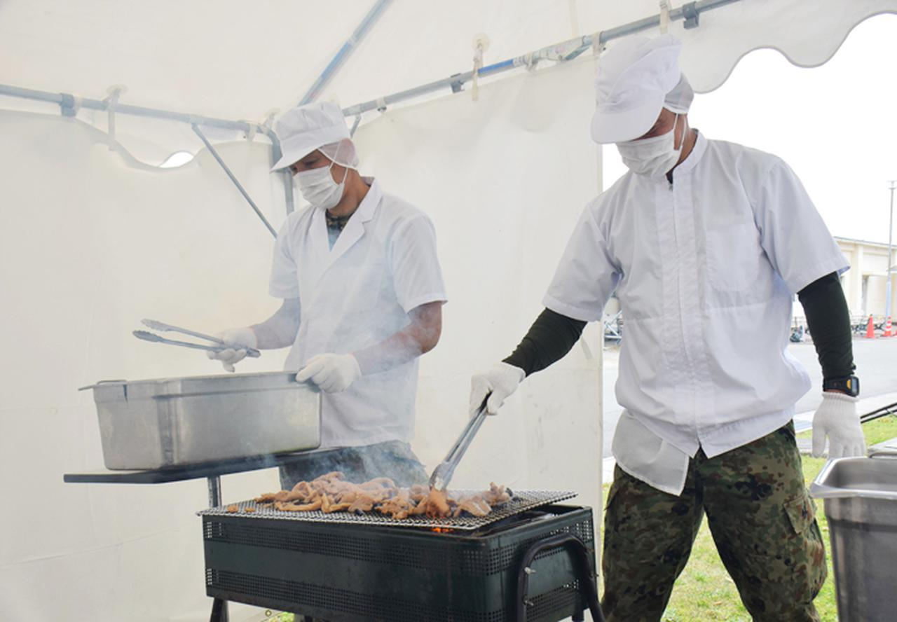 画像: 備長炭の煙に負けずに奮闘中の糧食班員