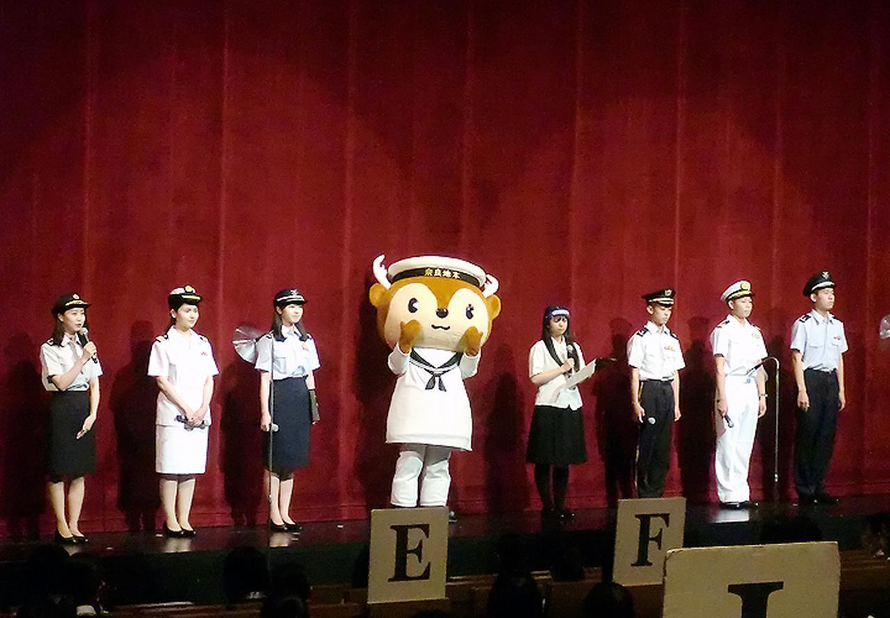 画像: 奈良シティコンシェルジュと高校生司会による制服紹介