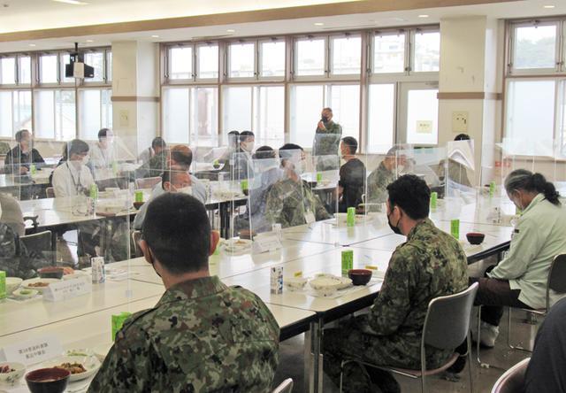 画像: 即自隊員との会食