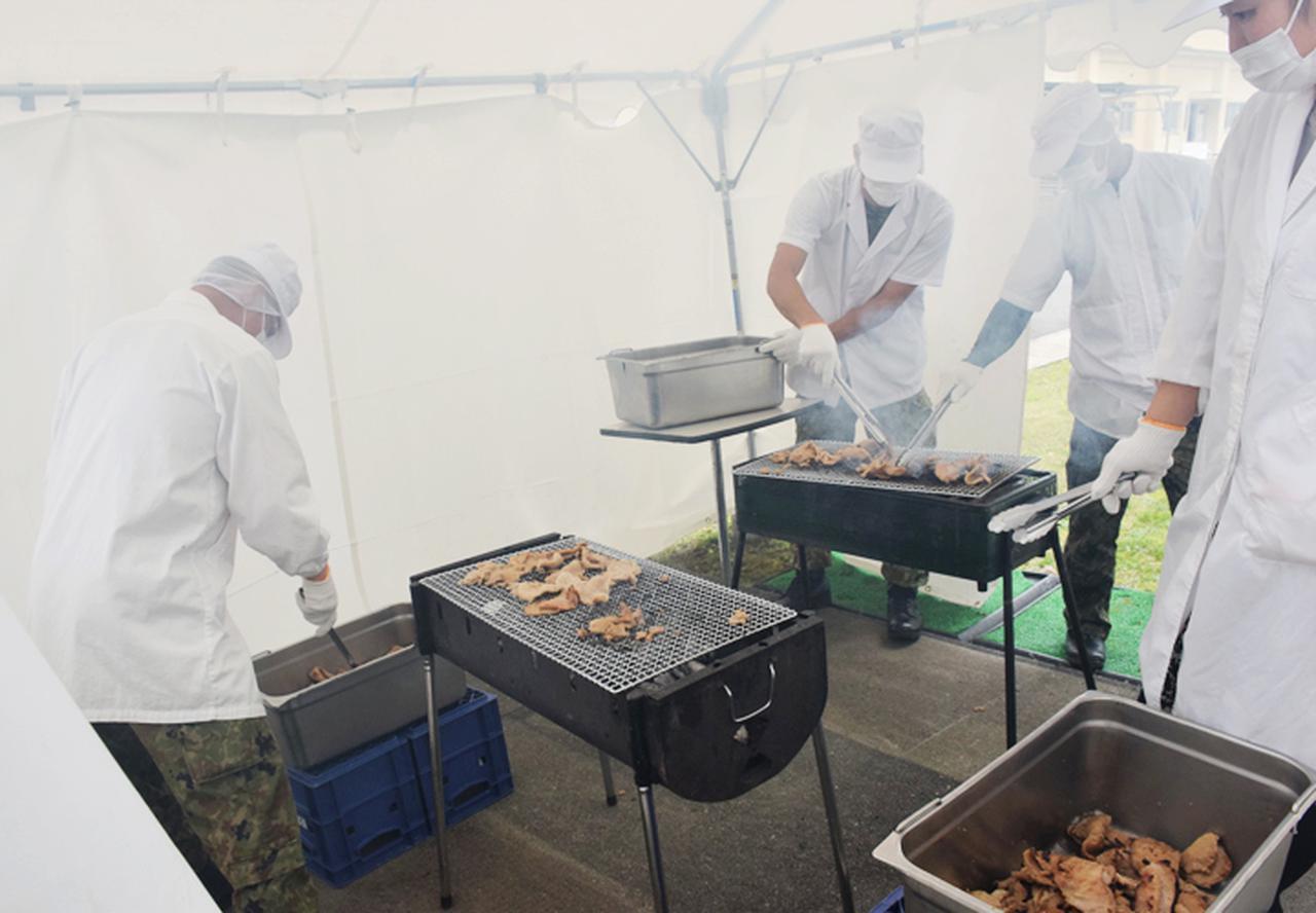 画像: 備長炭で焼く糧食班