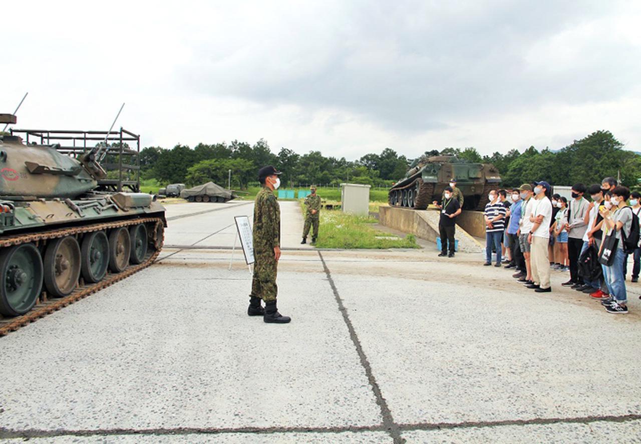 画像: 13戦車中隊が説明をしている様子