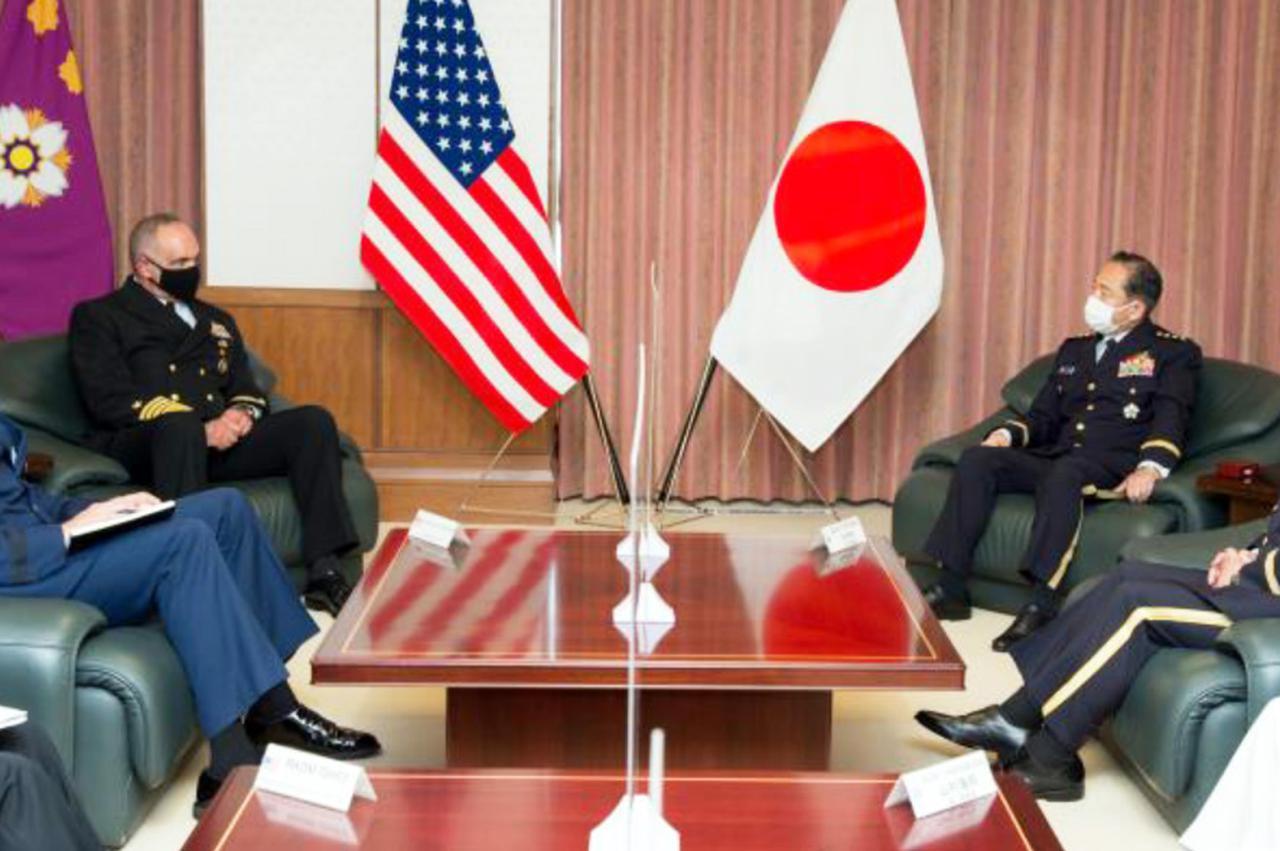画像: 会談する両者 統合幕僚監部報道発表資料から