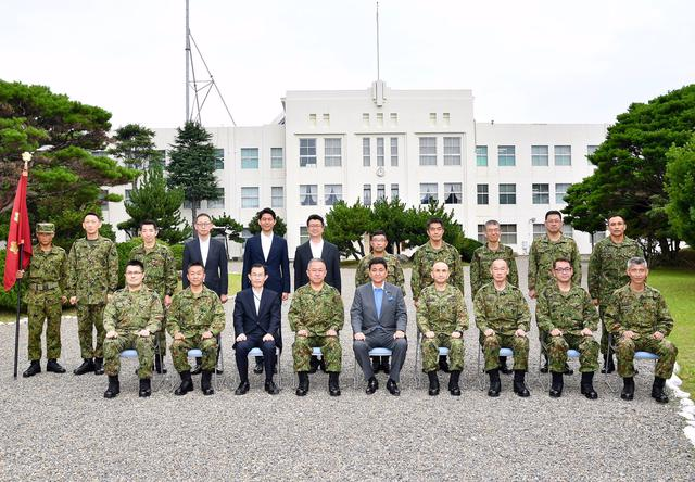 画像2: 久里浜駐屯地を視察に訪れた岸防衛大臣 防衛省・自衛隊公式ツイッターから twitter.com