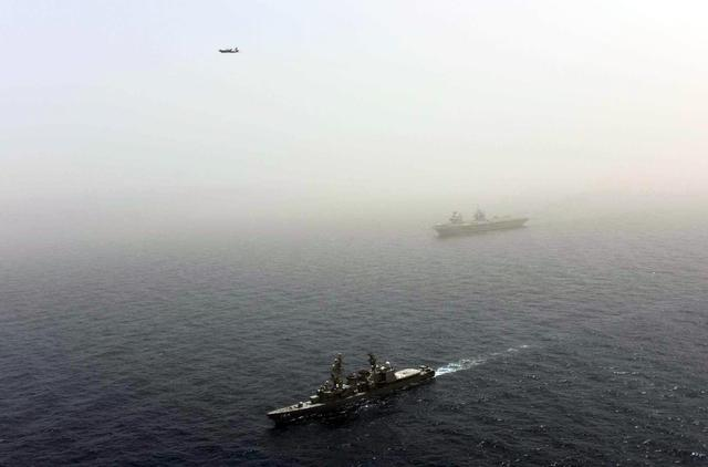 画像: 英空母「クイーンエリザベス」との訓練の様子(写真撮影) 統合幕僚監部報道発表資料から