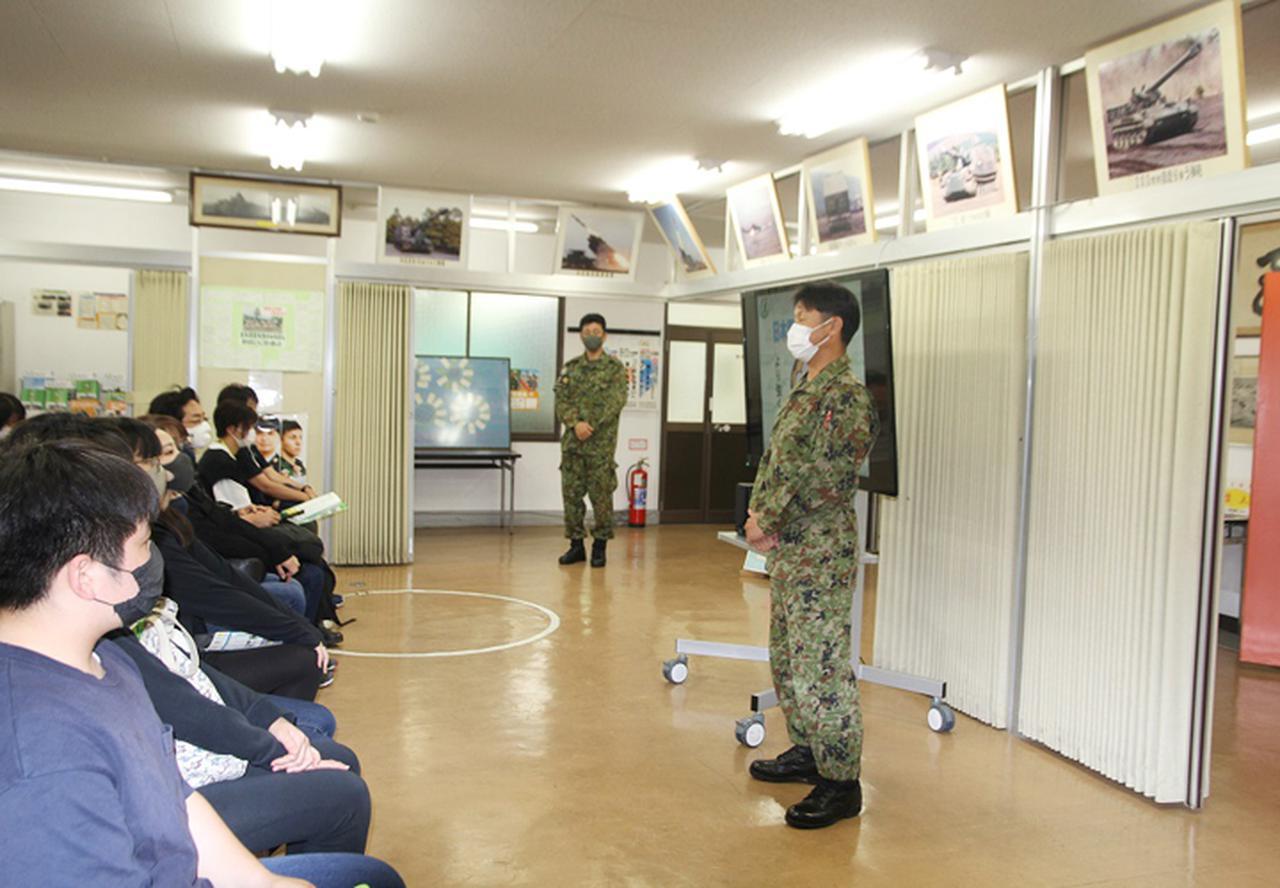 画像: 日本原駐屯地広報室長が挨拶、説明している様子