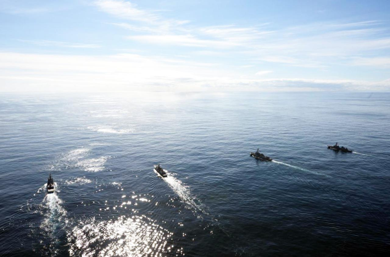 画像: 左から「ブリスベン」 、「ワン・ゲオン 」、「ラファエル・ペラルタ 」、「まきなみ」 海上自衛隊プレスリリースから