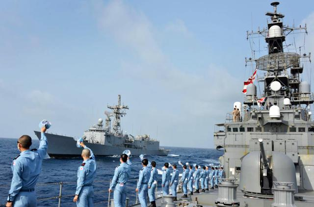 画像: 「アラムジル」を見送る「ゆうぎり」隊員 海上自衛隊プレスリリースから