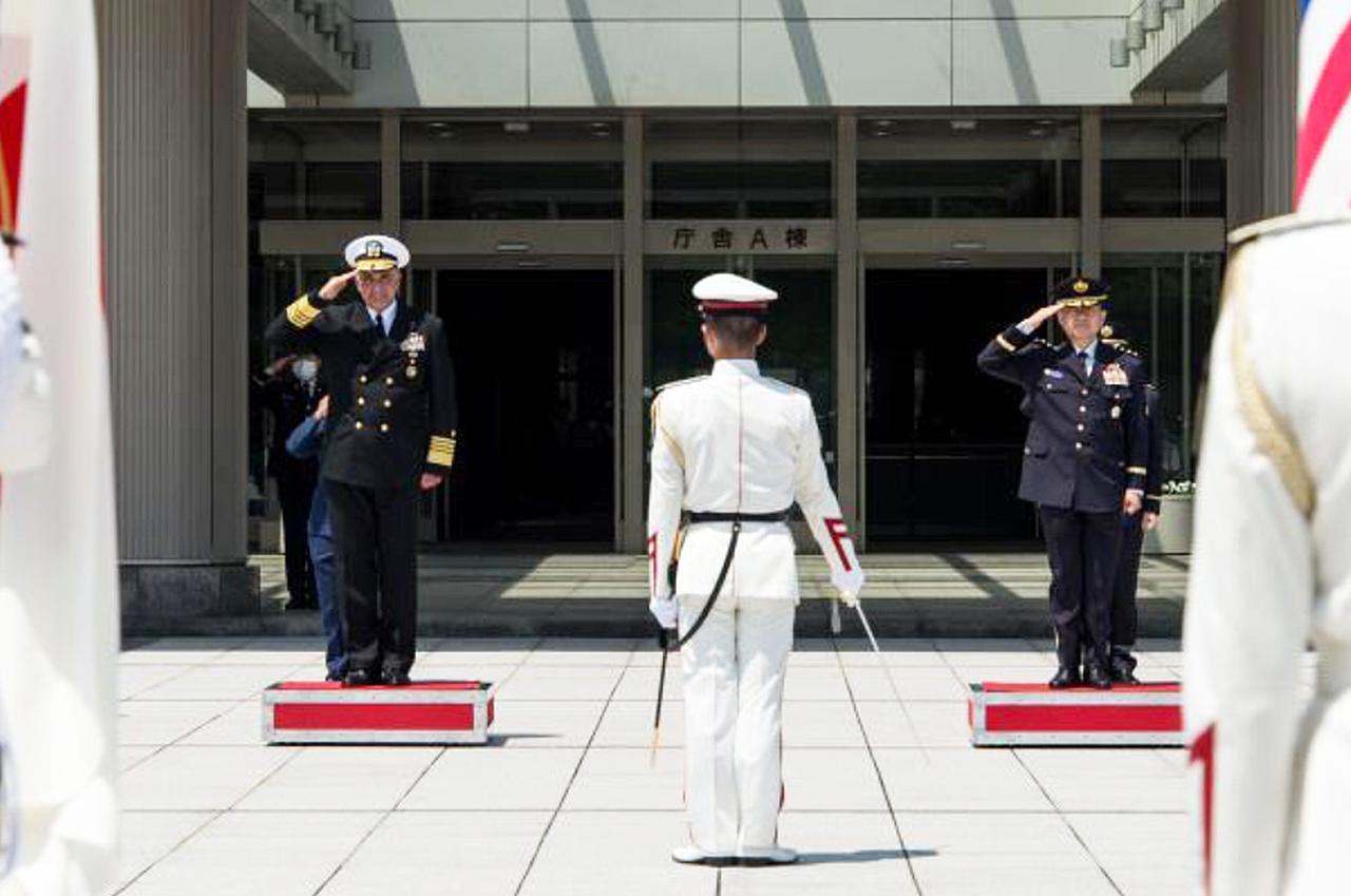 画像: 儀仗隊の栄誉礼を受けるリチャード司令官(左)と山崎統合幕僚長 統合幕僚監部報道発表資料から