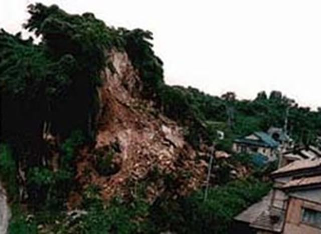 画像: 平成9年7月6日に石川県内浦町下浜(うちうらまちしたはま)地区で発生したがけ崩れでは、全壊1棟・半壊1棟の被害 奈良県 県土マネジメント部 砂防・災害対策課 www3.pref.nara.jp