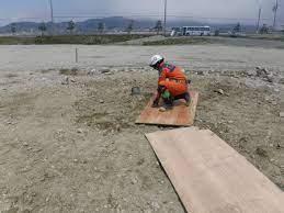 画像: ベニヤ板で足場を確保する様子 土砂災害活動要領 追加項目(案)より