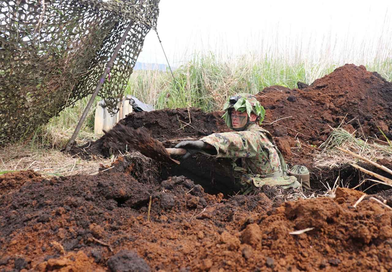 画像: 陣地を構築する隊員