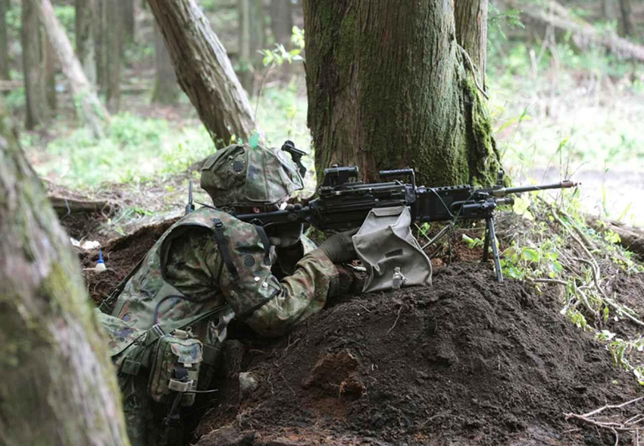 画像: 防御戦闘をする隊員