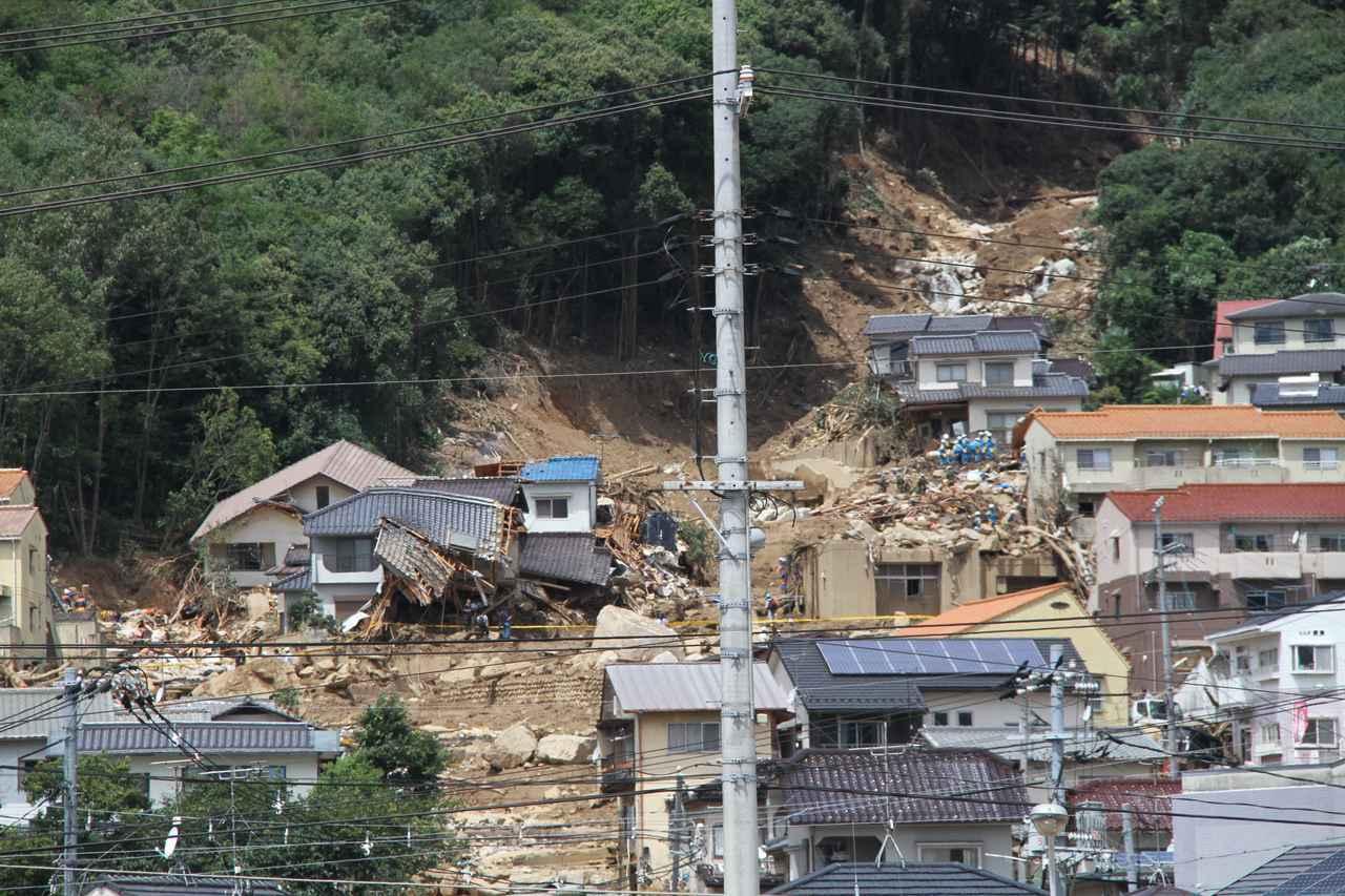 画像: 広島市安佐南区の土砂災害 www.photo-ac.com