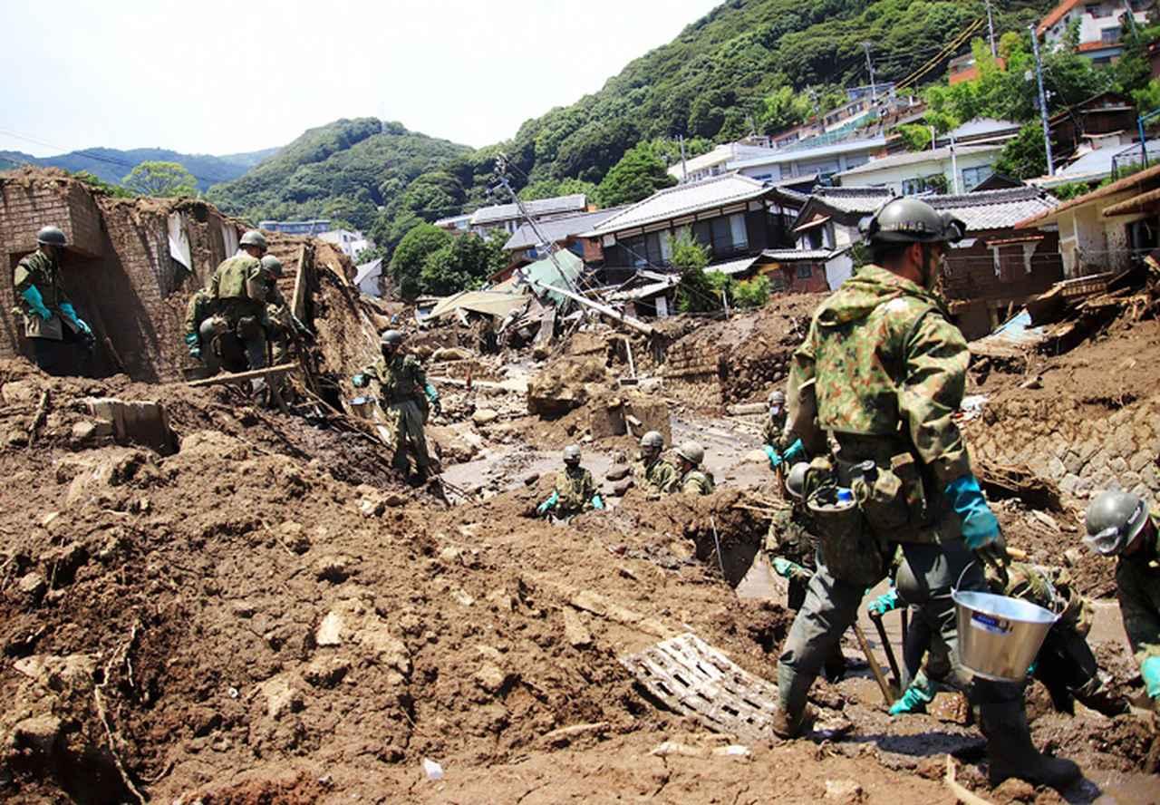 画像: 炎天下で土砂・瓦礫を除去する隊員