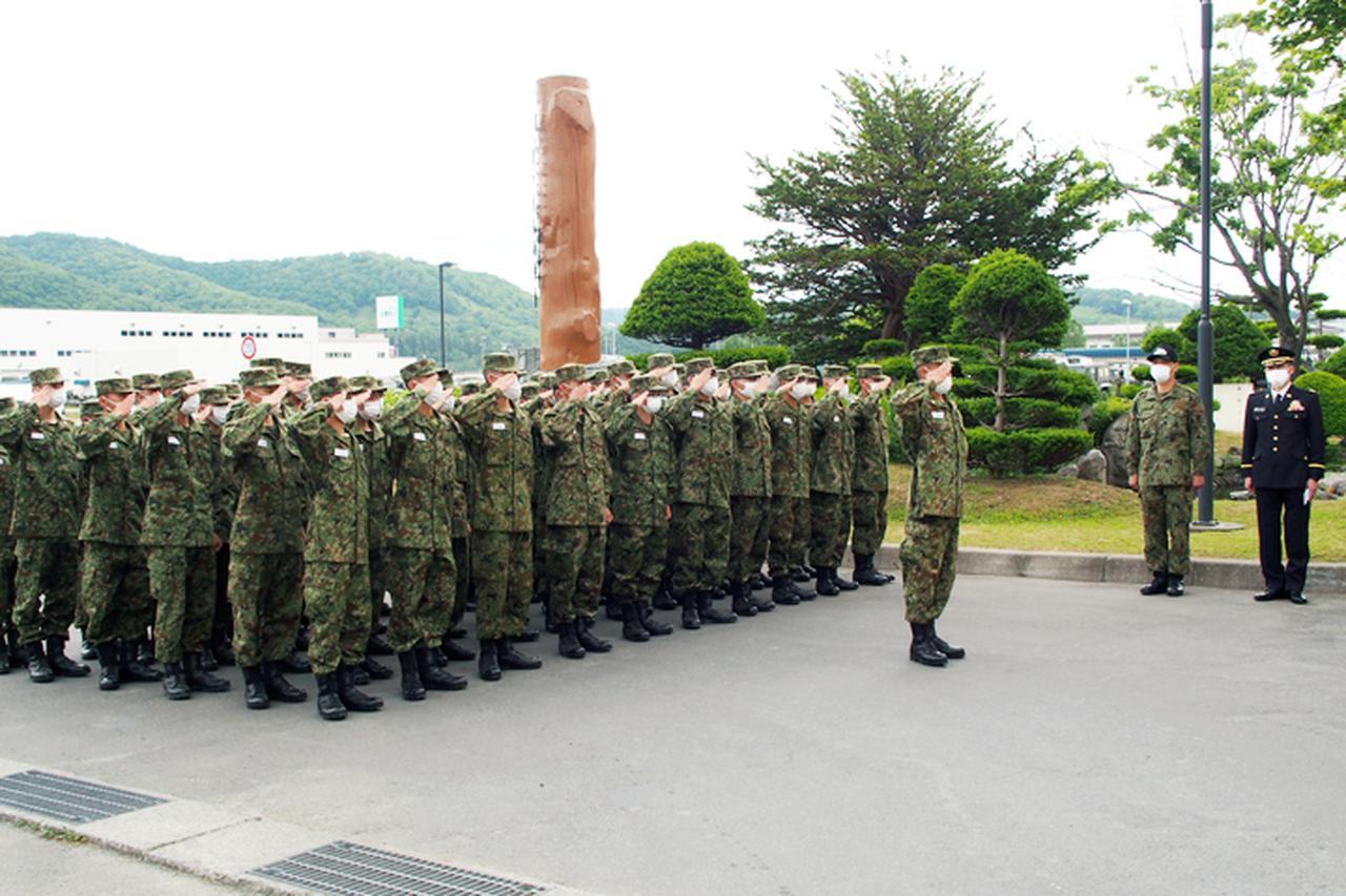 画像: 一糸乱れない動作で連隊長に敬礼
