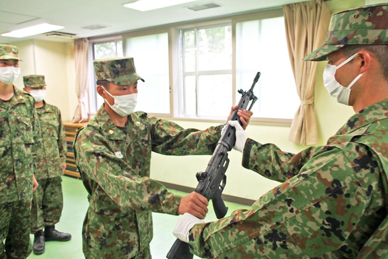 画像: 区隊長から銃を授与される 迫撃砲区隊:久野2陸士
