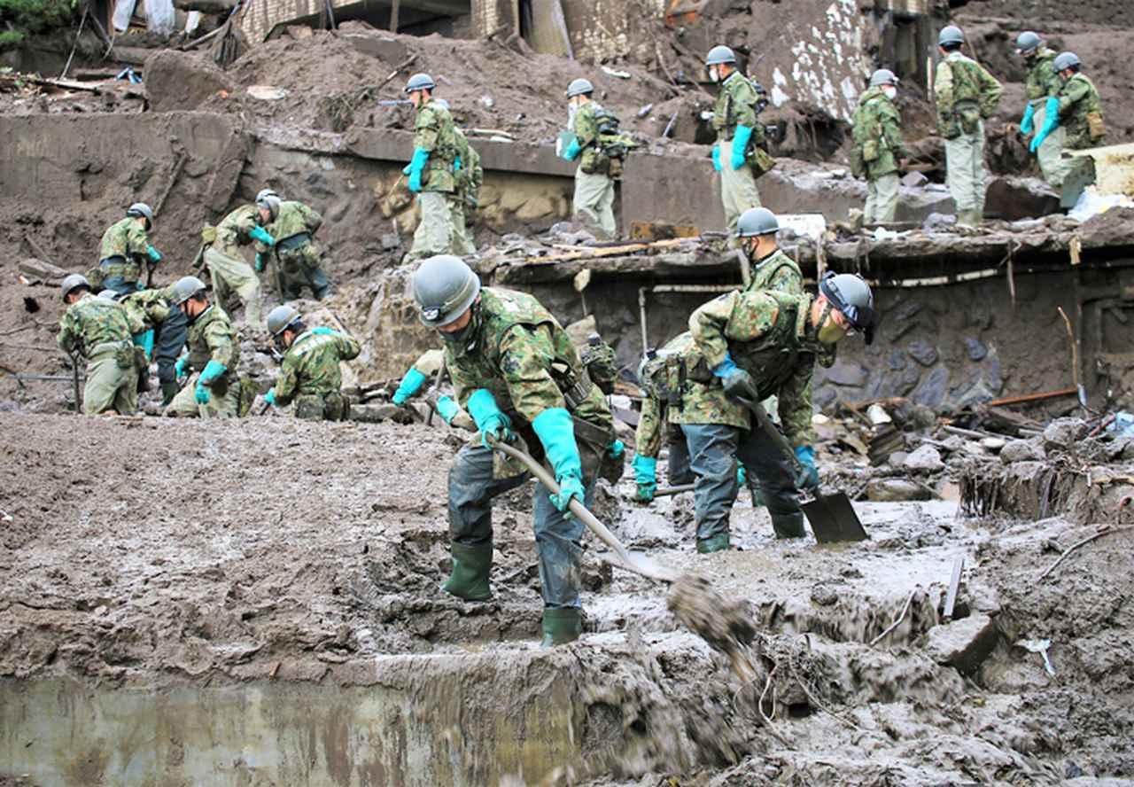 画像: 土砂・瓦礫を排除する隊員