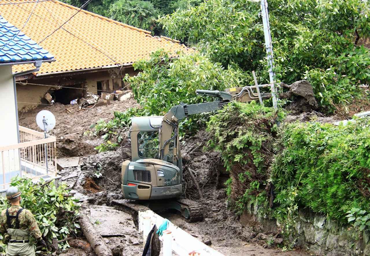 画像: 小型ショベルドーザによる道路確保のための土砂の除去