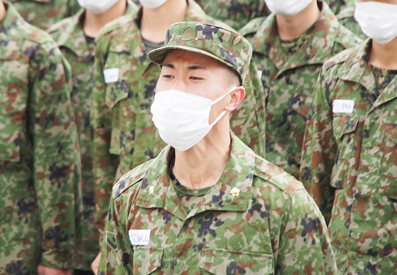 画像: 教育開始報告をする 一般陸曹候補生:秋山2陸士