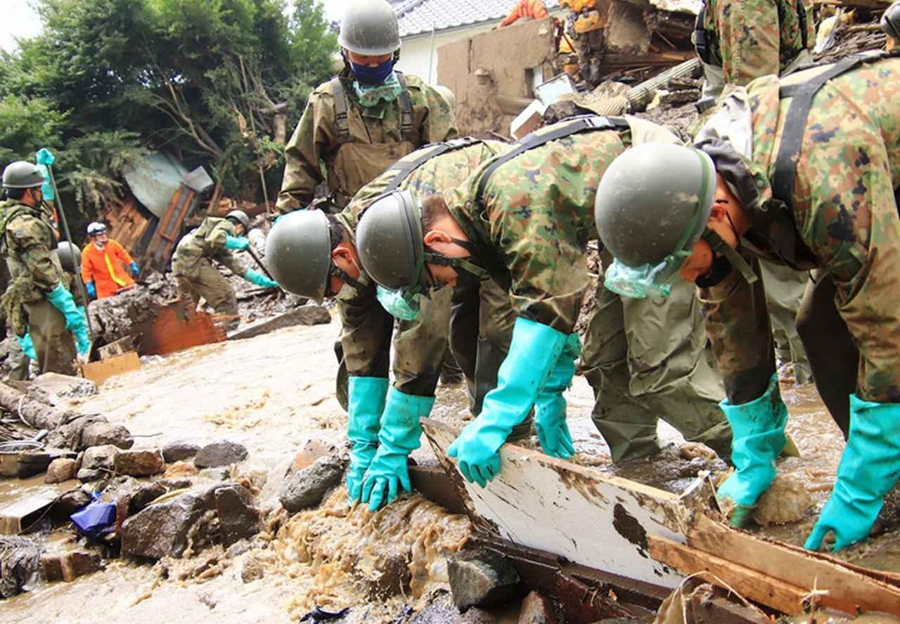画像: 作業用水を確保する隊員