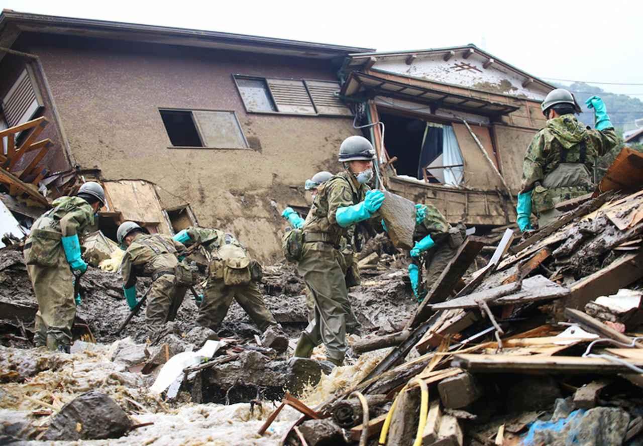 画像: 散乱する瓦礫を除去する隊員