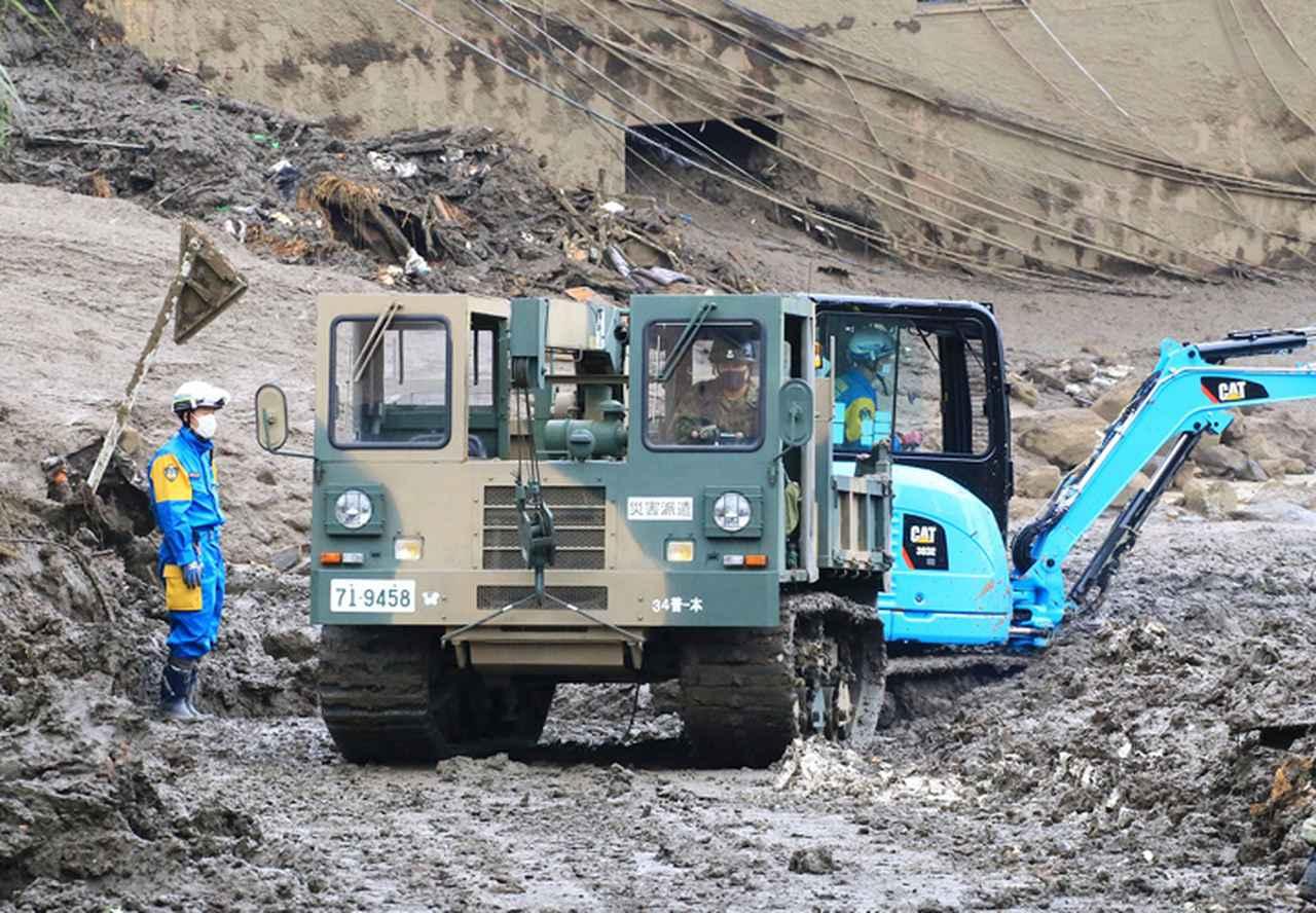 画像: 警察と共同し土砂を運び出す資材運搬車