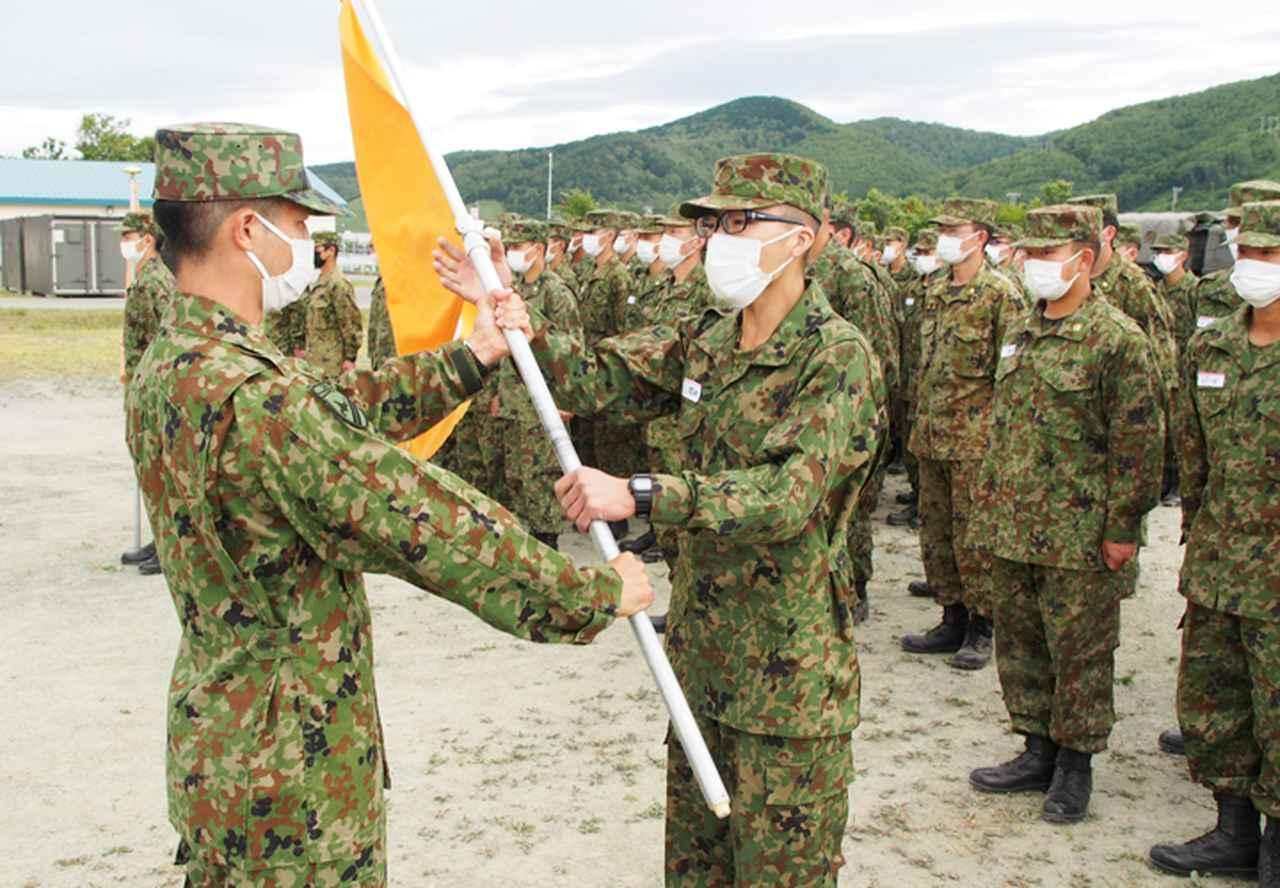 画像: 区隊長から区隊旗を授与される 迫撃砲区隊:岡田2陸士