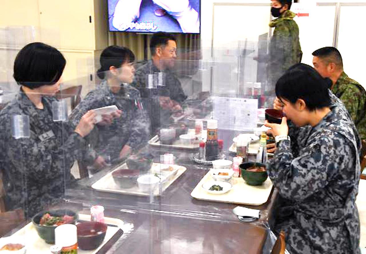 画像: 駐屯地食堂での昼食