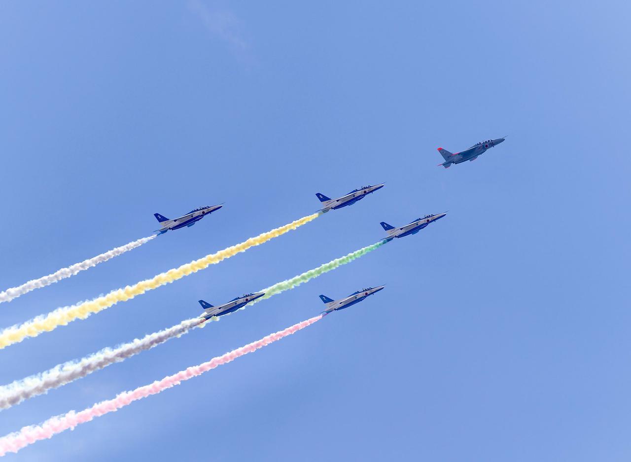 画像1: ブルーインパルスが東京五輪開幕を祝う