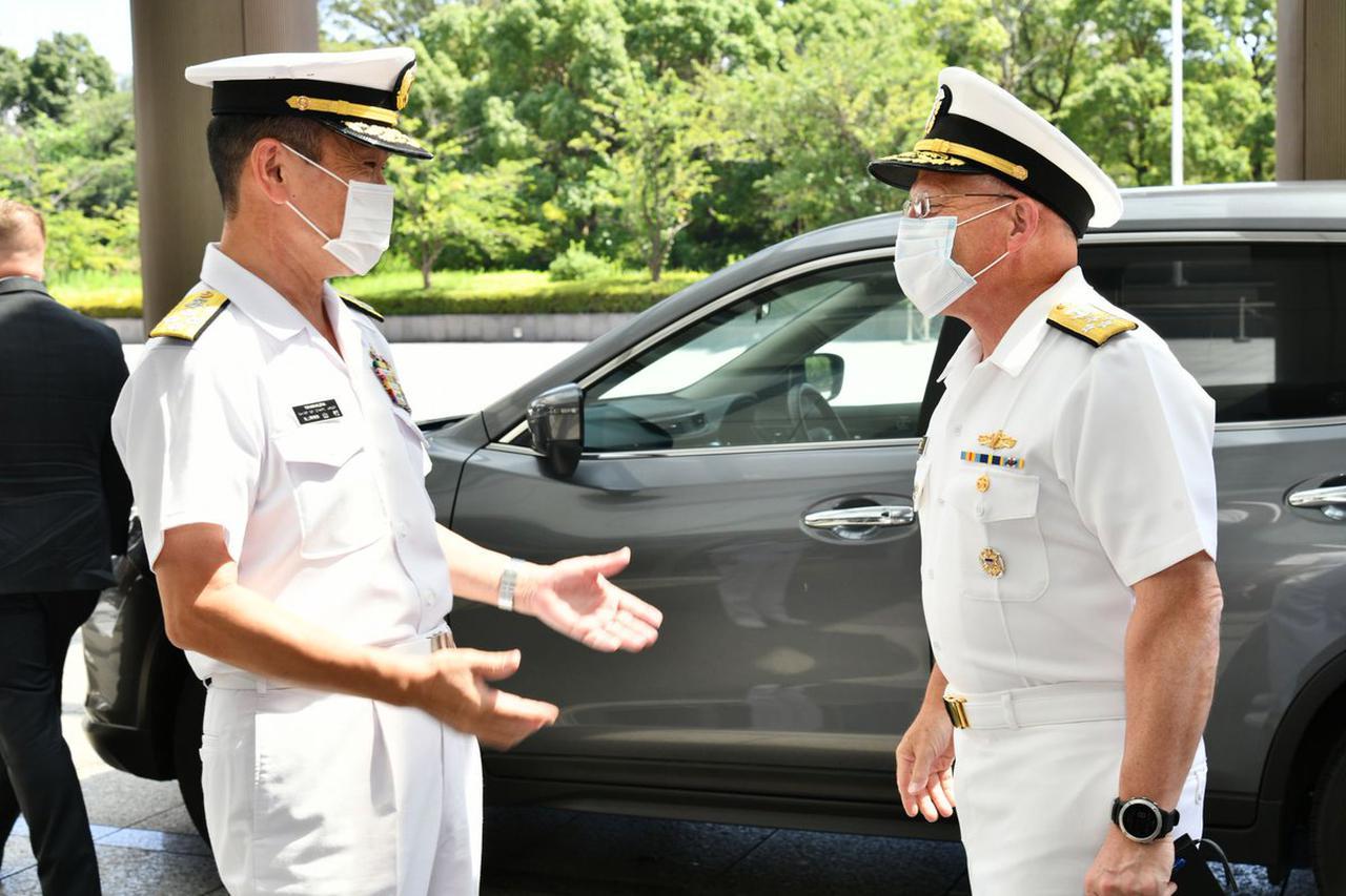 画像: 山村海幕長が米海軍作戦本部長と懇談